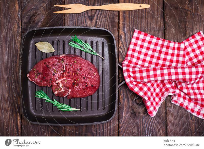 Rindersteak mit Gewürzen Fleisch Kräuter & Gewürze Abendessen Pfanne Tisch Küche Holz Essen frisch oben braun rot schwarz Hintergrund Barbecue Rindfleisch