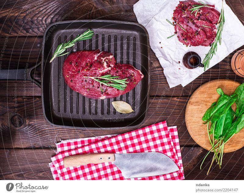 rohes Rindersteak Lebensmittel Fleisch Kräuter & Gewürze Abendessen Pfanne Messer Tisch Küche Papier Holz frisch grün rot Hintergrund Rindfleisch Blut