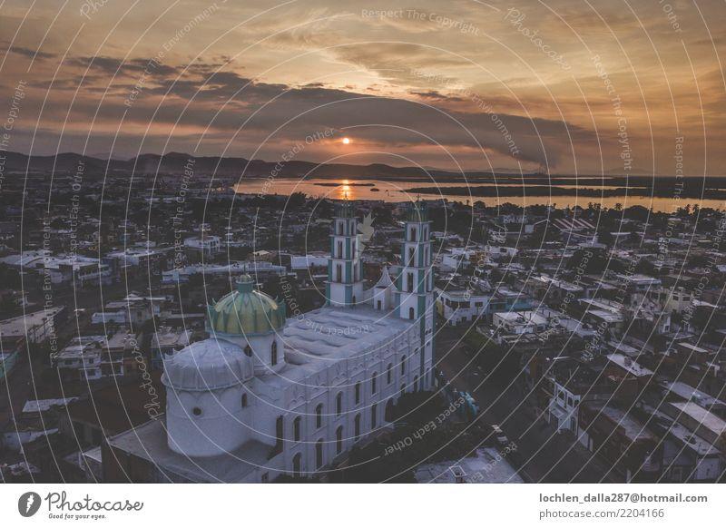 Himmel Sommer Stadt Erholung Wolken Freude Architektur Gebäude Tourismus Horizont Kirche Kultur Abenteuer Warmherzigkeit entdecken Dach