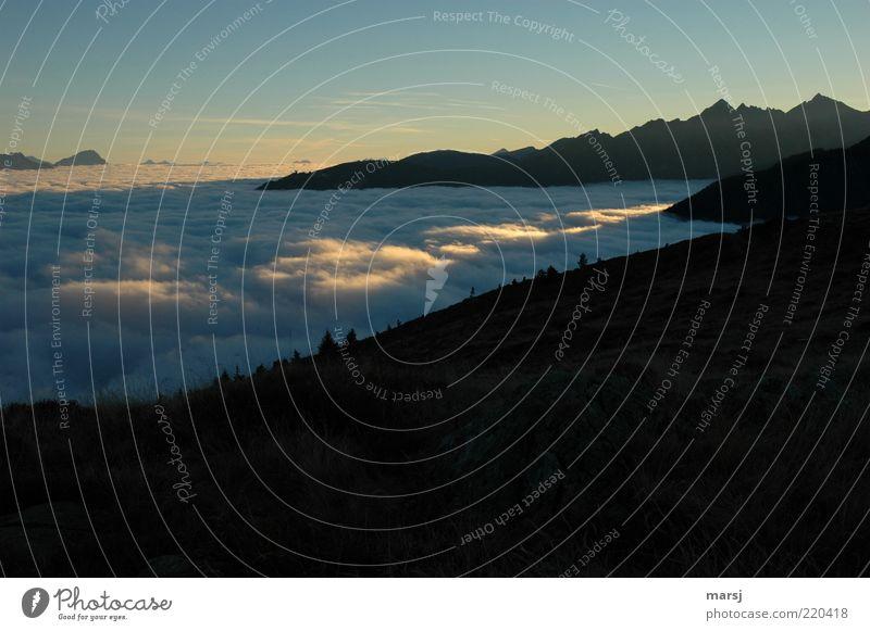 Lichtspur Natur Himmel ruhig Einsamkeit Erholung Berge u. Gebirge Landschaft Luft Nebel Ausflug Freizeit & Hobby Alpen Unendlichkeit außergewöhnlich Schönes Wetter Tal