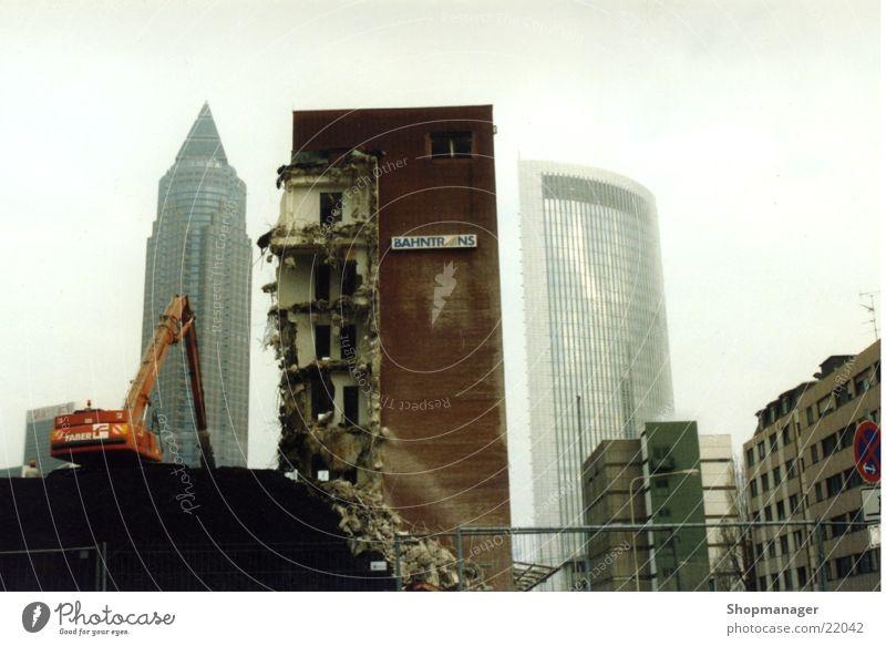 Frankfurt im Umbruch Graffiti Architektur Hochhaus Frankfurt am Main Zerstörung Demontage Bagger Smog Zerreißen Bauschutt Kunst zerstören Messeturm