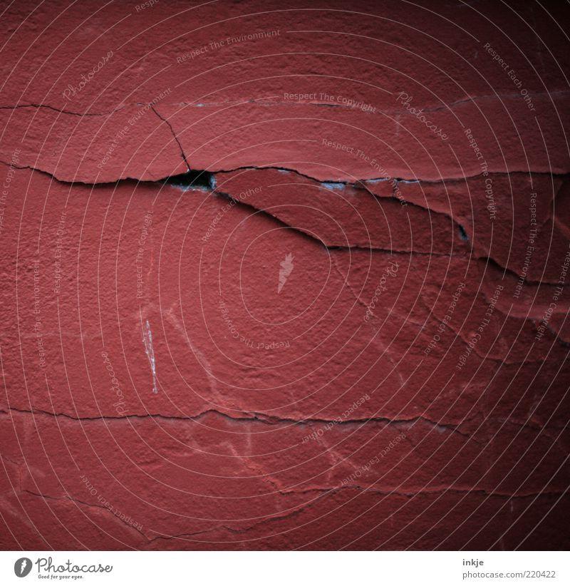 Riss alt rot dunkel Wand Mauer Hintergrundbild Fassade kaputt Wandel & Veränderung trist Vergänglichkeit verfallen Verfall Loch schäbig Putz