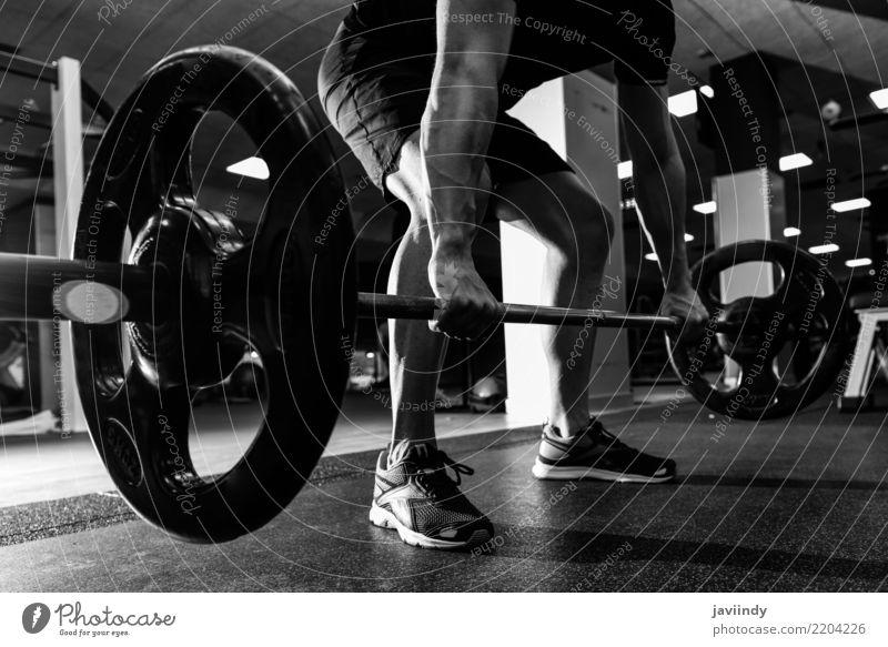 Nahaufnahme des healthlift Workouts an der Turnhalle mit Barbell. Mensch Mann Erwachsene Lifestyle Sport Körper Kraft Fitness stark sportlich Sport-Training Typ