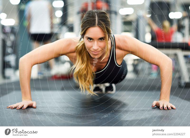 Junge Schönheit, die Liegestütze in der Turnhalle tut. Lifestyle Körper Sport Fitness Sport-Training Mensch Frau Erwachsene 1 18-30 Jahre Jugendliche muskulös