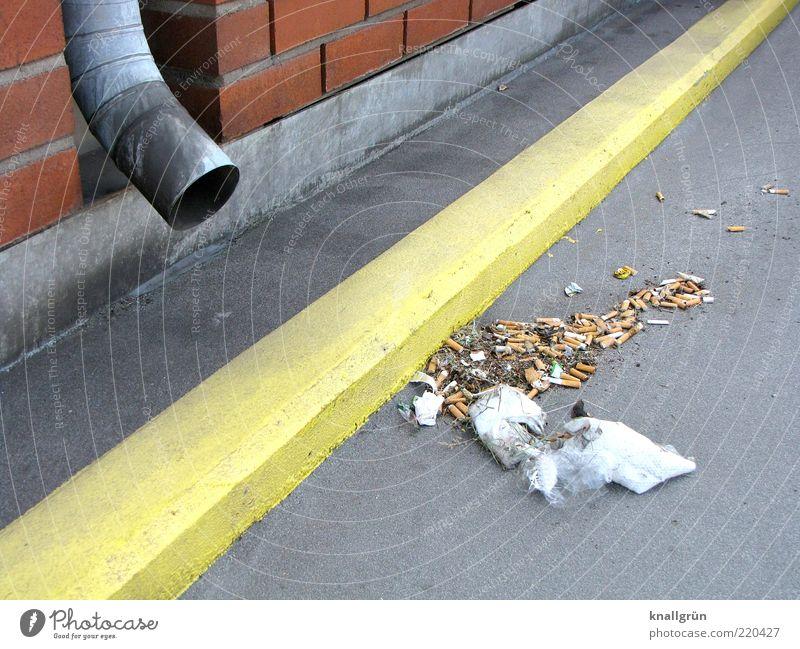 Hinterlassenschaften gelb Wand grau Mauer dreckig Müll Umweltverschmutzung Bordsteinkante Straßenrand Fahrbahnmarkierung Abflussrohr Markierungslinie Bodenmarkierung Zigarettenstummel