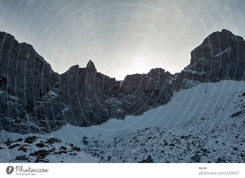 Der erste Schnee! weiß blau Sommer Winter ruhig Einsamkeit Berge u. Gebirge Wege & Pfade Felsen bedrohlich Alpen Sehnsucht leuchten Gipfel Schönes Wetter