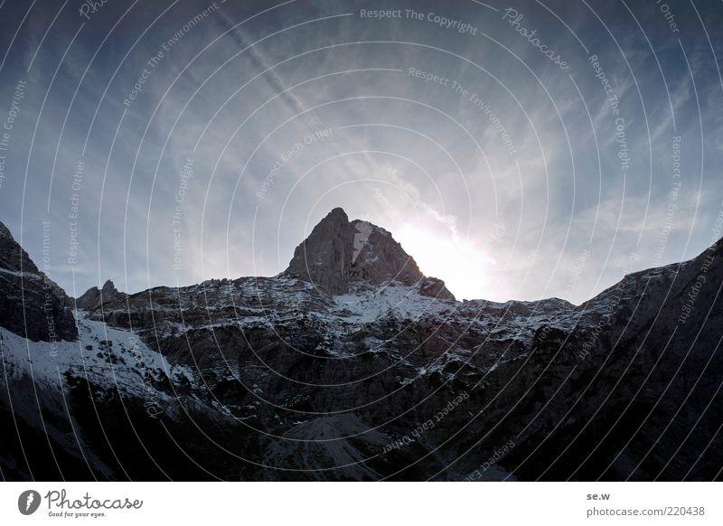 Nach oben Wolkenloser Himmel Sommer Winter Schnee Alpen Berge u. Gebirge Karwendelgebirge Lamsenspitze Pertisau Schneebedeckte Gipfel dunkel gigantisch blau