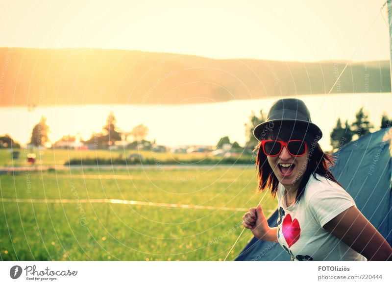 Glücksgefühl Mensch Jugendliche Freude Ferne Wiese feminin Landschaft Stil lachen Erwachsene See lustig Freizeit & Hobby Herz Konzert T-Shirt