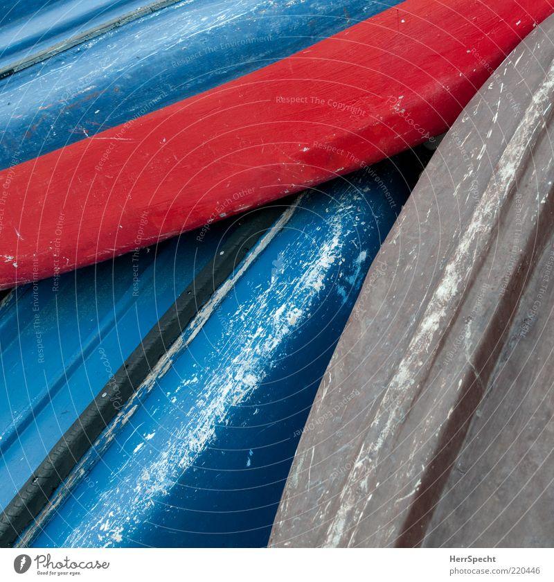 Auf dem Trockenen alt blau rot grau Wasserfahrzeug kaputt Kunststoff Stapel Textfreiraum Fischerboot Kratzer Kahn lackiert verkratzt gestrichen Schiffsrumpf