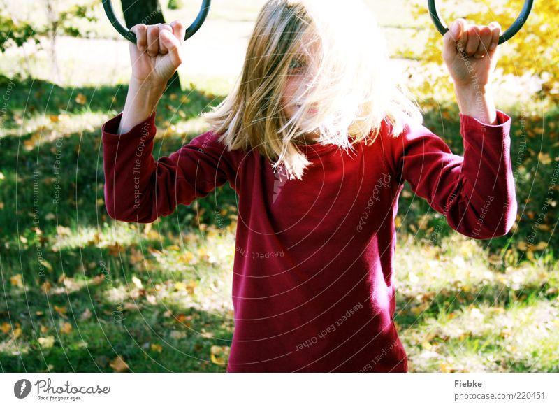 Herbstkind Mensch Kind Natur grün rot Mädchen ruhig Wiese Spielen Gras träumen hell Kindheit blond natürlich