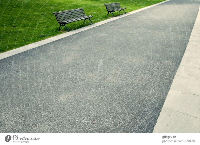 doppelsitzer Straße Wiese Gras Wege & Pfade Park 2 leer Perspektive paarweise Bank Asphalt Dinge Möbel Bürgersteig Ruhestand Sitzgelegenheit
