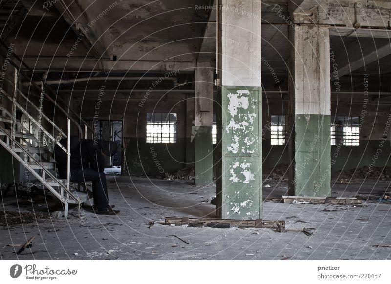 Zeit 2 Lifestyle Innenarchitektur Mensch maskulin 1 Haus Industrieanlage Fabrik Bauwerk Gebäude Architektur Mauer Wand Treppe sitzen Traurigkeit alt