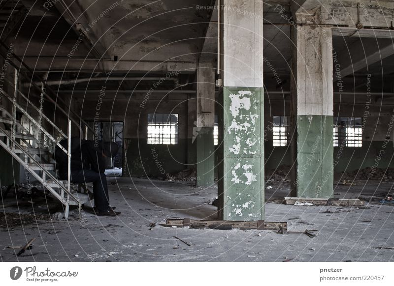 Zeit 2 Mensch alt Haus Erwachsene Wand Gefühle Architektur grau Gebäude Traurigkeit Mauer Angst gehen dreckig sitzen Innenarchitektur