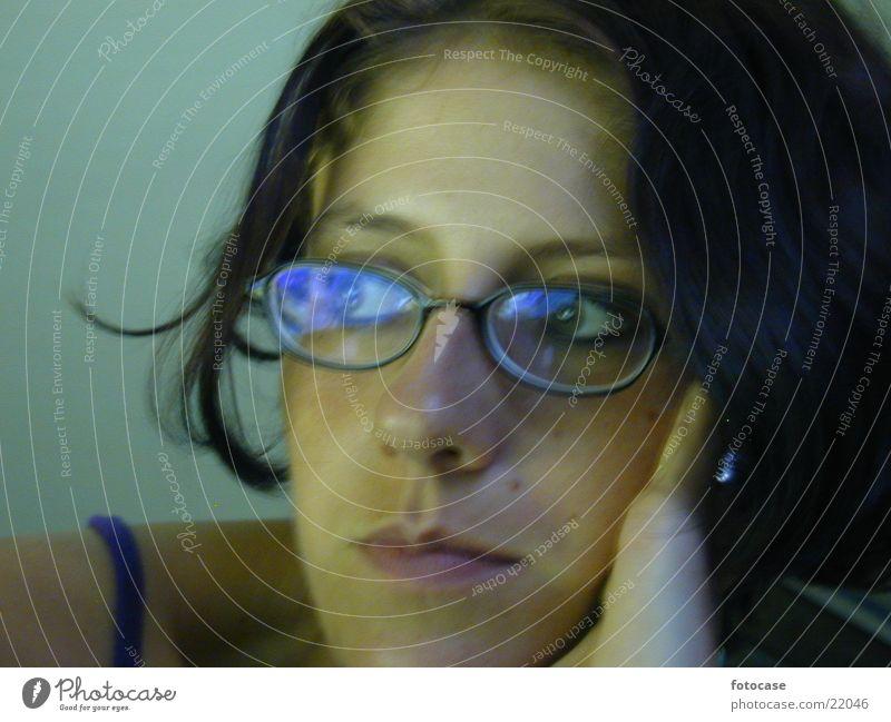 i am dreaming  ... Frau Brille verträumt Denken Porträt dunkles Haar Gesicht seitlicher Blick