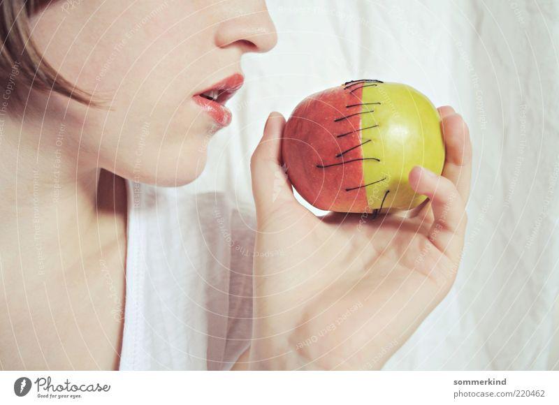 Rot bedeutet Tod Apfel feminin Junge Frau Jugendliche Gesicht Mund Hand 1 Mensch 18-30 Jahre Erwachsene Essen grün rot weiß Schicksal Schneewittchen Gift