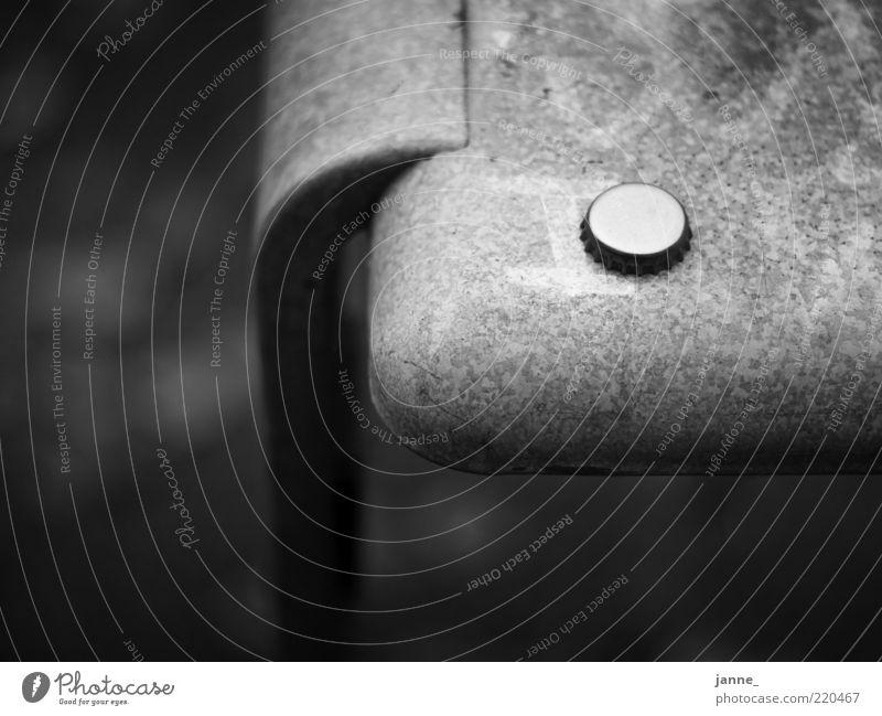 drück mich Metall rund Kronkorken Müllbehälter Buchstaben Schwarzweißfoto Außenaufnahme Menschenleer Tag Licht Schatten Kontrast Detailaufnahme Bildausschnitt