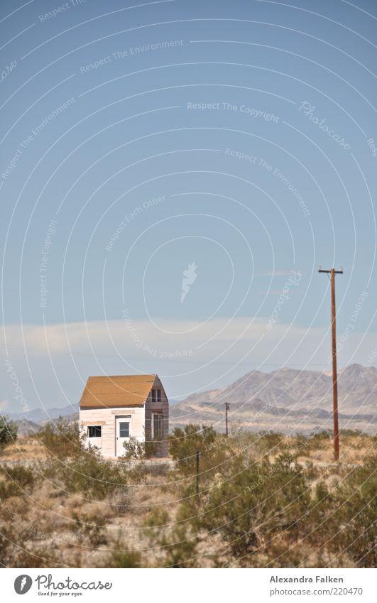 Haus im Grünen. Natur Himmel weiß blau Sommer Einsamkeit Landschaft Wetter Umwelt USA Dach Klima Wüste Hügel Hütte