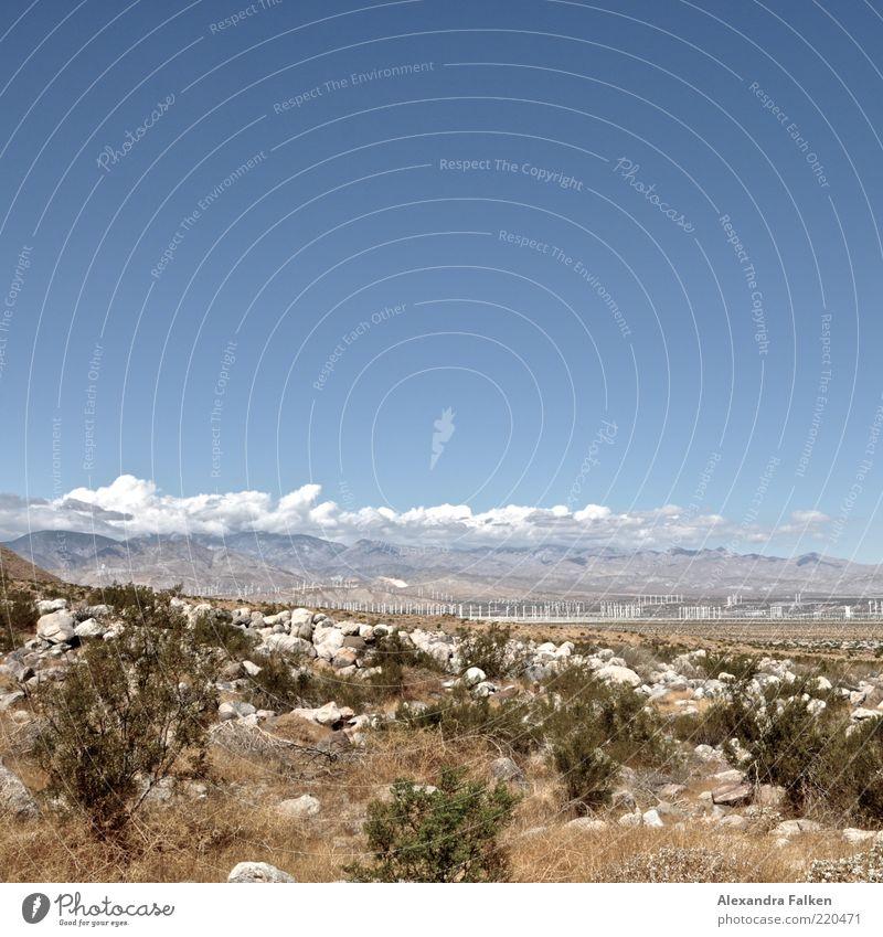 Windradpark. Himmel Natur blau Wolken Ferne Umwelt Landschaft Berge u. Gebirge Gras Stein Park Felsen Energie Energiewirtschaft Klima Sträucher