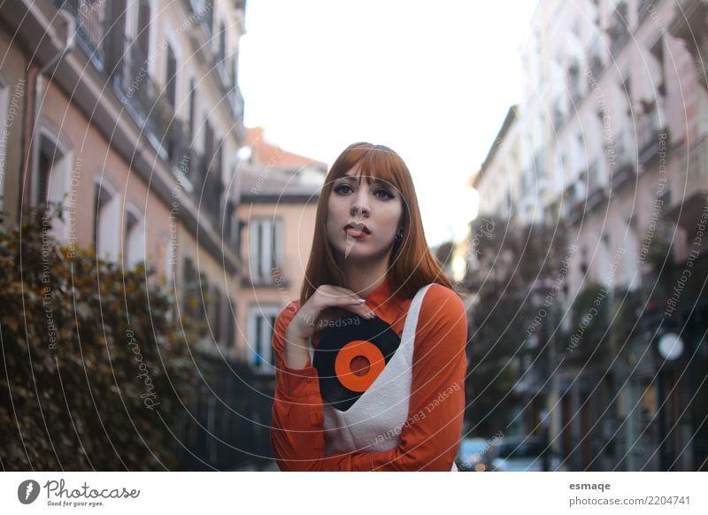 Musik Jahrgang Lifestyle kaufen Stil harmonisch Diskjockey feminin Junge Frau Jugendliche Kultur Musik hören orange Freude Fröhlichkeit Coolness Optimismus