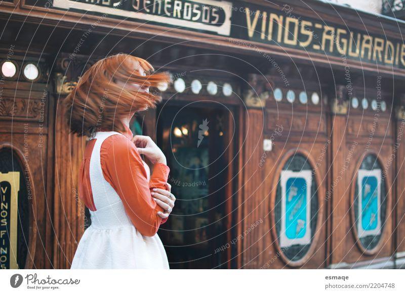 Porträt Mädchen Jahrgang Lifestyle kaufen Freude Wellness Leben Feste & Feiern feminin Junge Frau Jugendliche 18-30 Jahre Erwachsene Dorf Mode rothaarig