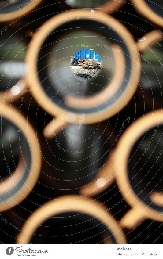 den Durchblick haben ... Baustelle Röhren rund braun schwarz Farbfoto Gedeckte Farben Außenaufnahme Detailaufnahme Menschenleer Schatten Kontrast Sonnenlicht
