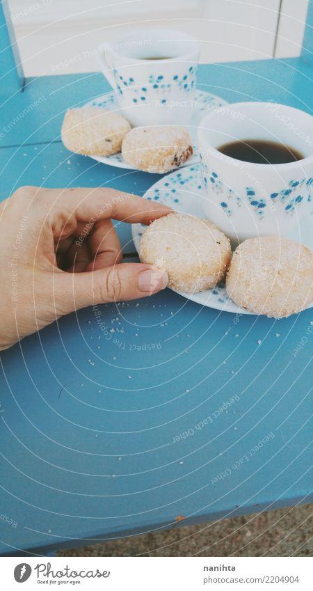 Teetassen und traditionelles Buttergebäck blau weiß Hand Essen Gesundheit Lebensmittel Ernährung retro elegant Kultur süß berühren Getränk Kaffee lecker