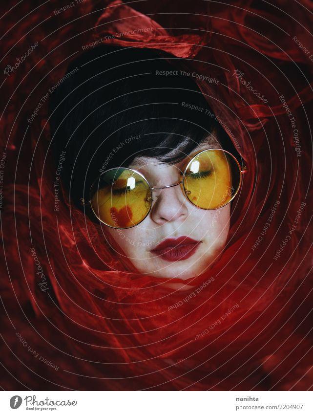 Mysteriöse junge Frau von einem roten Tuch bedeckt Mensch Jugendliche Junge Frau schön weiß dunkel 18-30 Jahre schwarz Gesicht Erwachsene gelb feminin Stil