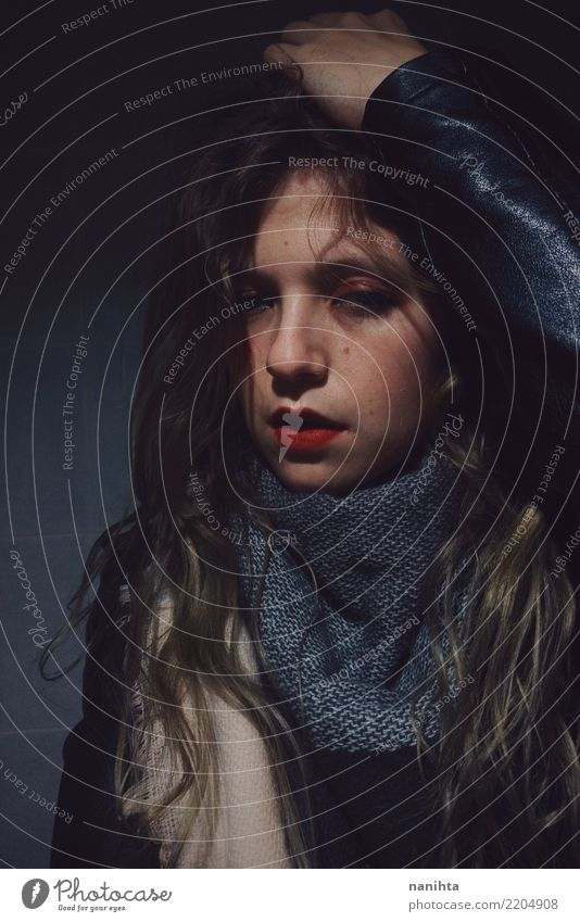 Traurig und verwirrt junge Frau Mensch feminin Junge Frau Jugendliche 1 18-30 Jahre Erwachsene Jugendkultur Jacke Leder Schal brünett langhaarig dunkel
