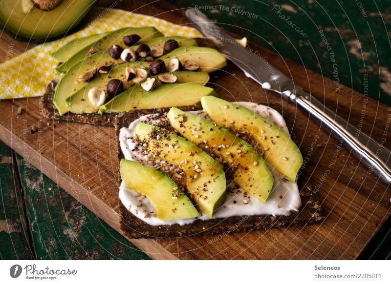 schnelle Stulle Lebensmittel Joghurt Milcherzeugnisse Gemüse Avocado Nuss Haselnuss Sesam Pumpernickel Brot Brotbelag Ernährung Essen Abendessen Bioprodukte