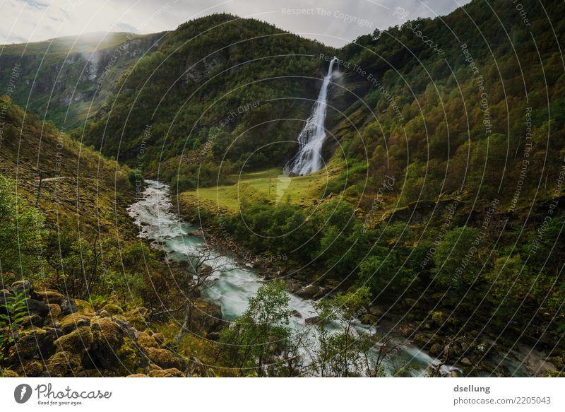 Wasserfall und Fluss in einem grünen Tal Ferien & Urlaub & Reisen Tourismus Ausflug Sommerurlaub Berge u. Gebirge wandern Landschaft Herbst Schönes Wetter Wiese