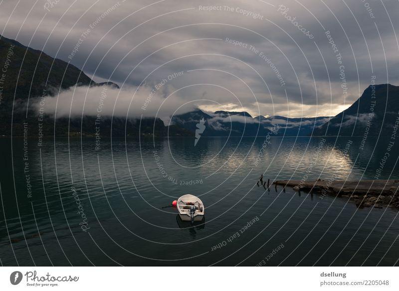 Weißes Boot im Wasser bei Abenddämmerung mit Bergen im Hintergrund Freizeit & Hobby Angeln Ferien & Urlaub & Reisen Abenteuer Ferne Freiheit Natur Landschaft