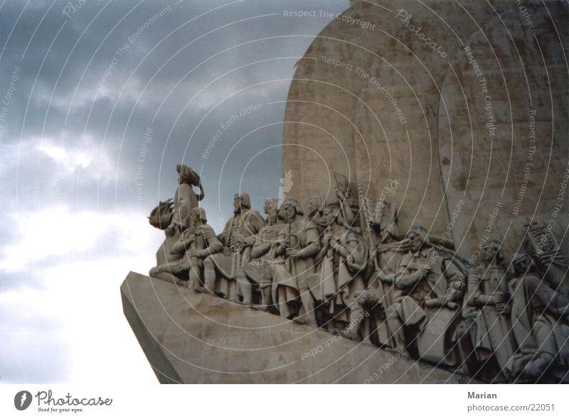 Portugal auf dem Weg in die neue Welt Lissabon Denkmal Wolken Mensch Vasco da Gama