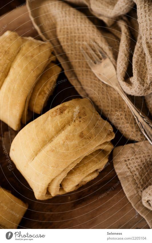 . Lebensmittel Getreide Teigwaren Backwaren Kuchen Dessert Franzbrötchen Brötchen Zimt Ernährung Essen Kaffeetrinken Gabel genießen lecker süß backen