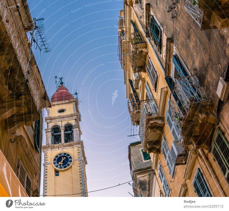 Blick auf einen Kirchturm aus einer Straßengasse heraus, Kérkira Korfu Hauptstadt Stadtzentrum Altstadt Menschenleer Haus Kirche Dom Fassade Balkon Fenster