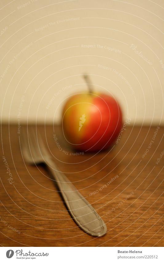 Keine Angst - der Apfel ist nicht scharf! Lebensmittel Frucht Ernährung Bioprodukte Besteck Gabel Diät Duft einfach frisch süß braun rot Wellness