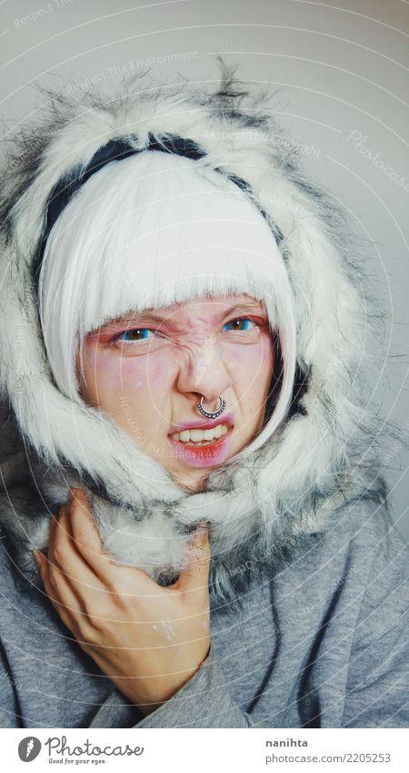 Tragende Winterkleidung der jungen Frau mit verärgertem Gesicht Haut Schminke Mensch feminin Junge Frau Jugendliche 1 18-30 Jahre Erwachsene Pullover Fell