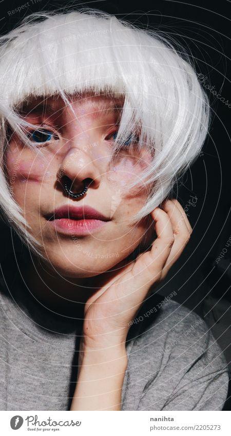 Mysteriöse junge Frau mit dem weißen Haar schön Haare & Frisuren Haut Gesicht Schminke Mensch feminin androgyn Junge Frau Jugendliche 1 Piercing weißhaarig