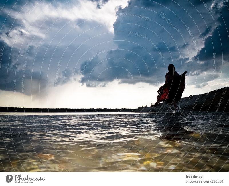 diabolique Frau Mensch Natur Wasser Sommer Wolken Erwachsene feminin dunkel Umwelt Landschaft Küste träumen See Horizont Abenteuer