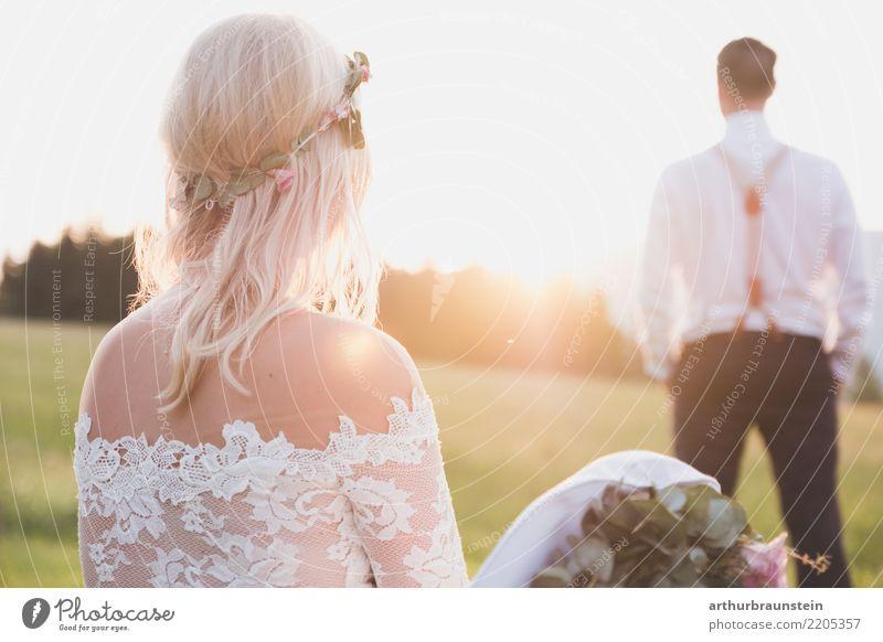 Hochzeitspaar genießt die Abendsonne Mensch Natur Jugendliche Junge Frau Pflanze Sommer schön Junger Mann Landschaft Blume Wald Erwachsene Leben Liebe Wiese