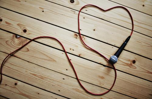 love music rot schwarz Liebe Holz Feste & Feiern braun liegen Musik Herz Kabel silber Schneidebrett Mikrofon Holzfußboden Bodenbelag herzförmig