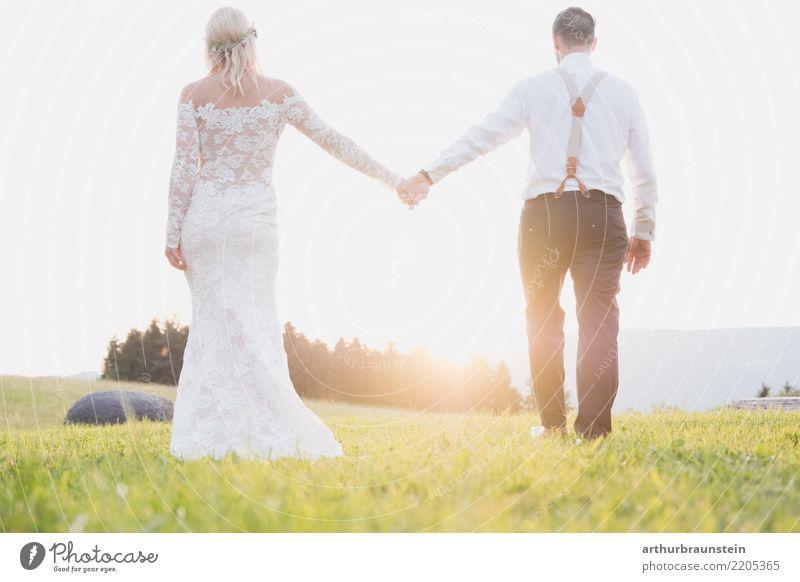 Junges Hochzeitspaar im Sonnenuntergang Mensch Natur Jugendliche Junge Frau Sommer schön Junger Mann Landschaft Wald 18-30 Jahre Erwachsene Leben Liebe Wiese