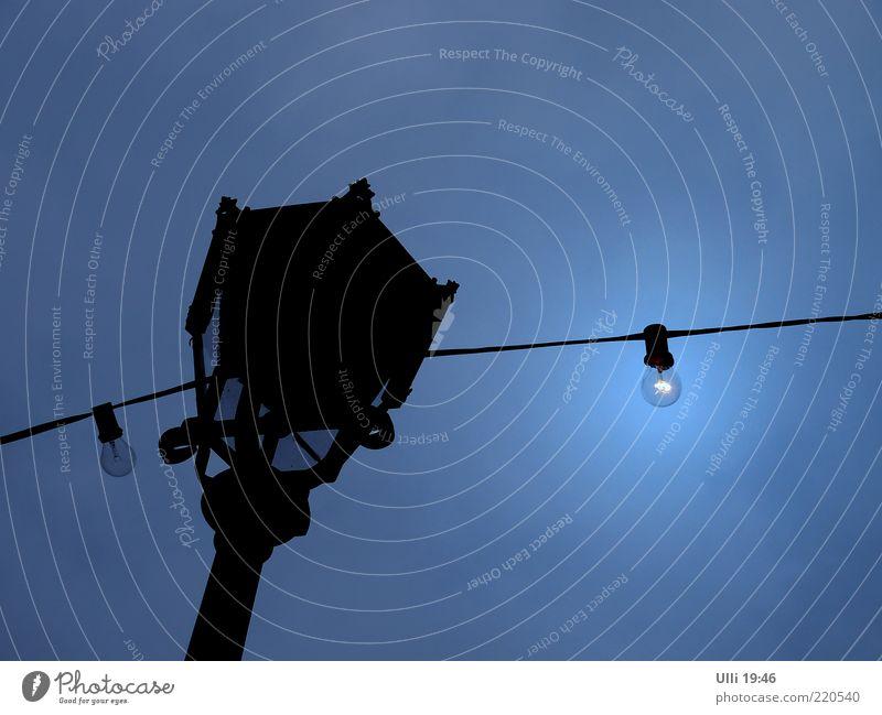 Halte durch, du Auslaufmodell! Himmel alt blau schön schwarz Einsamkeit dunkel kalt Luft Metall Lampe Linie glänzend authentisch trist leuchten