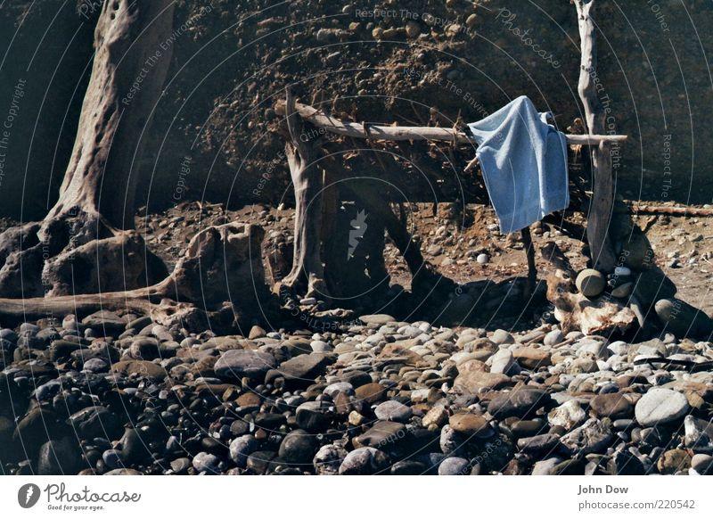 Cast Away Sommer Strand Einsamkeit Holz Stein Küste Insel Häusliches Leben Vergänglichkeit einzigartig wild Verfall Bucht Baumstamm exotisch verloren