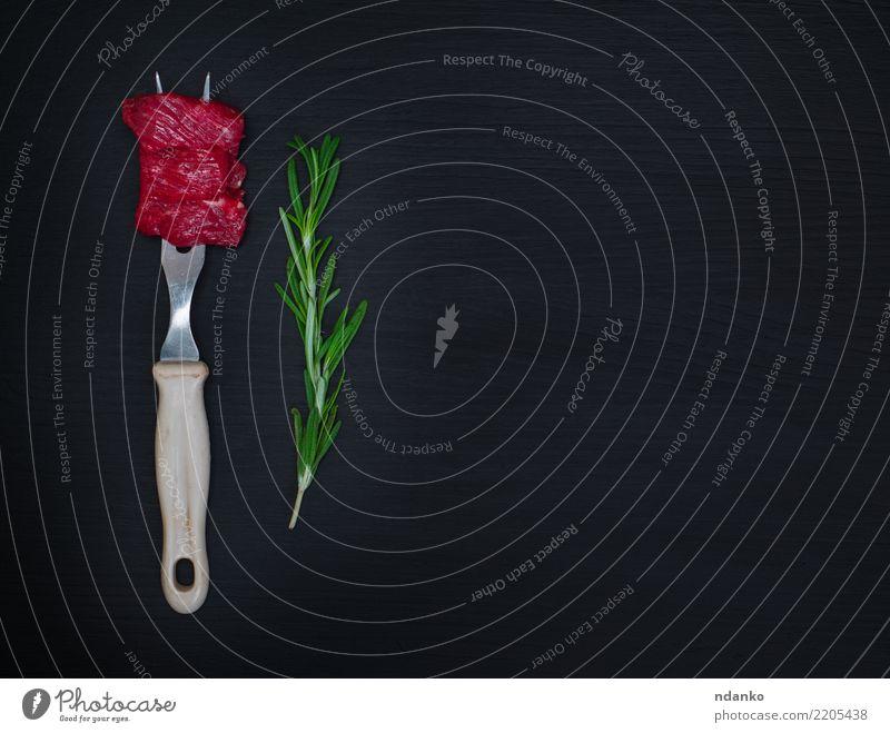 rohe Fleischstücke Kräuter & Gewürze Abendessen Besteck Gabel Tisch Küche Holz Essen frisch natürlich grün rot schwarz Hintergrund Rindfleisch Blut Holzplatte