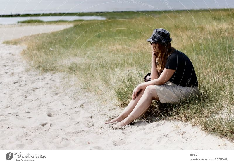 Sitting, waiting, wishing Frau Mensch Natur Jugendliche Sonne Meer Sommer Strand Ferien & Urlaub & Reisen ruhig Ferne Erholung feminin Freiheit Sand Landschaft