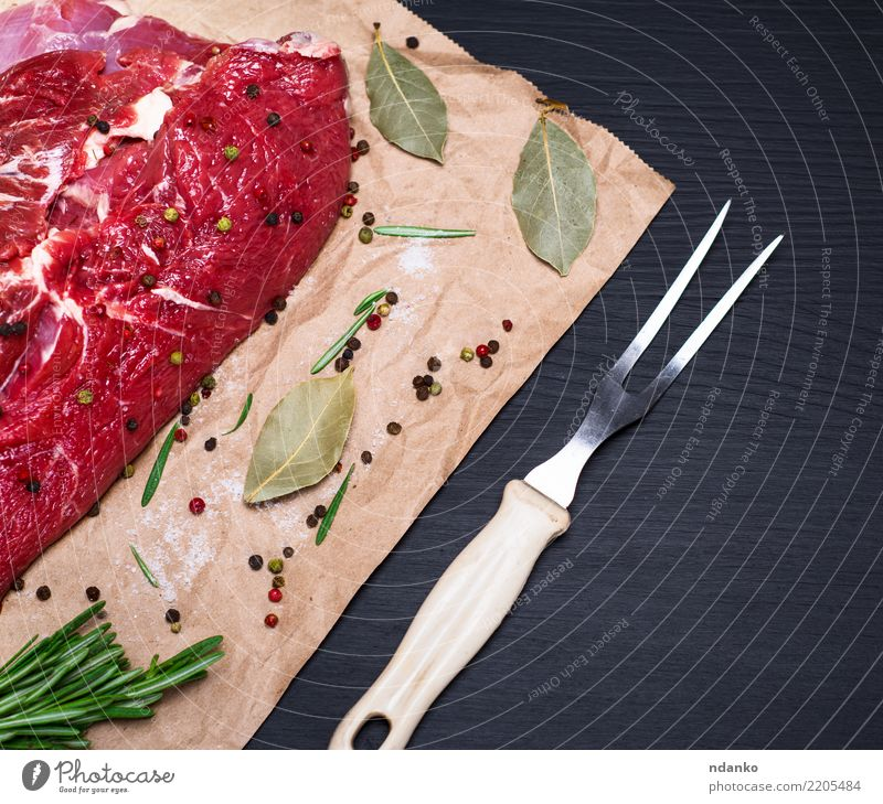 rohes Rinderfilet Lebensmittel Fleisch Kräuter & Gewürze Abendessen Besteck Gabel Tisch Küche Papier Holz Essen frisch natürlich grün rot schwarz Hintergrund