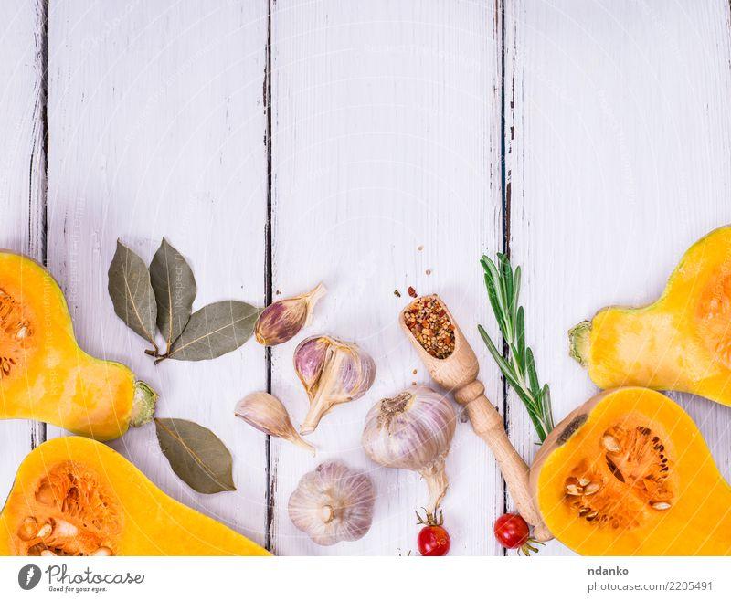 Kürbis auf einem weißen hölzernen Hintergrund Gemüse Kräuter & Gewürze Ernährung Essen Mittagessen Abendessen Bioprodukte Vegetarische Ernährung Diät