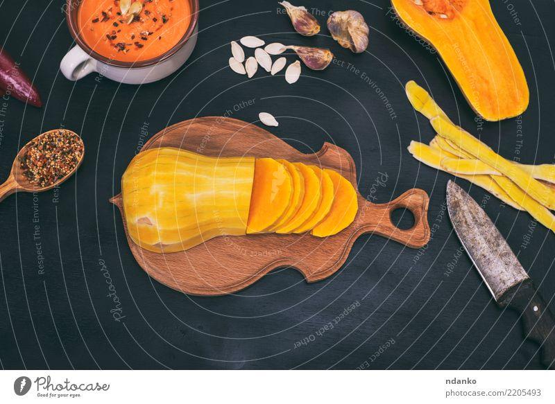 Kürbis auf einem hölzernen Küchenbrett Natur weiß Speise schwarz Essen gelb Herbst natürlich Holz Ernährung Dekoration & Verzierung frisch Tisch