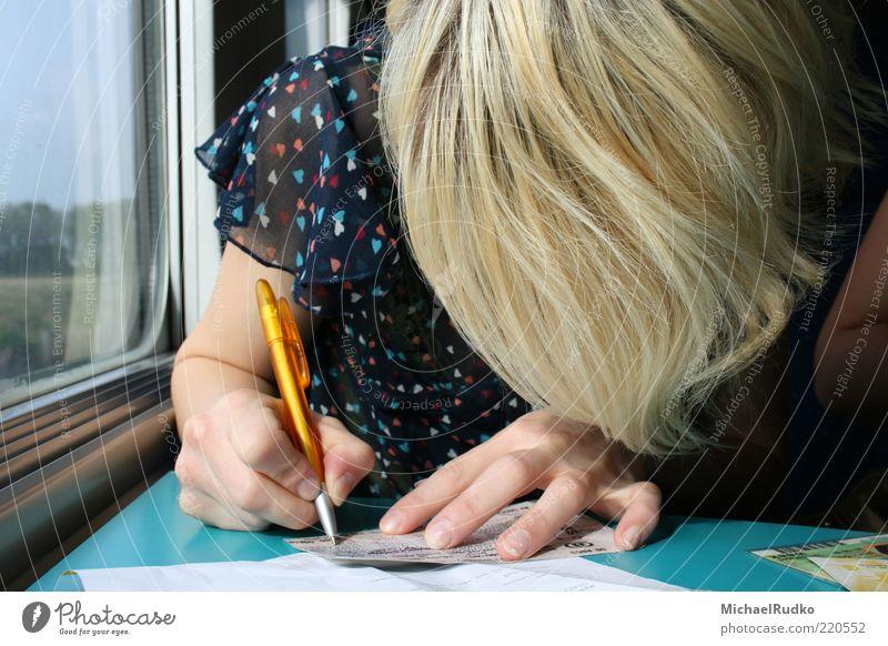 an die Lieben Frau Mensch Hand Jugendliche Ferien & Urlaub & Reisen Ferne feminin Fenster blond Erwachsene Eisenbahn Tisch fahren Reisefotografie schreiben Postkarte