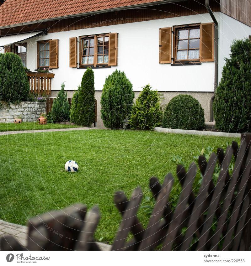 Perfektion mit Makel Lifestyle Stil Häusliches Leben Traumhaus Fußball Umwelt Garten Einfamilienhaus Fassade ästhetisch Einsamkeit einzigartig Freiheit perfekt
